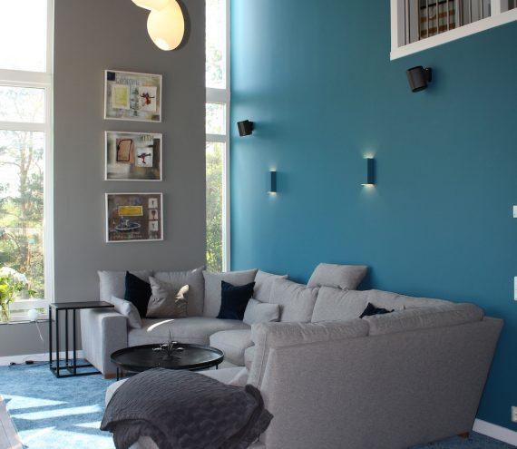 blå_vägg_soffa